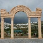 Korint Sütunlu Hadriyan Kapı Beton