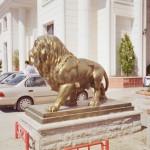 Ayakta Büyük Aslan Figürü