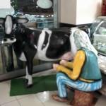 Küçük İnek Ve Süt Sağan Kadın Heykelleri